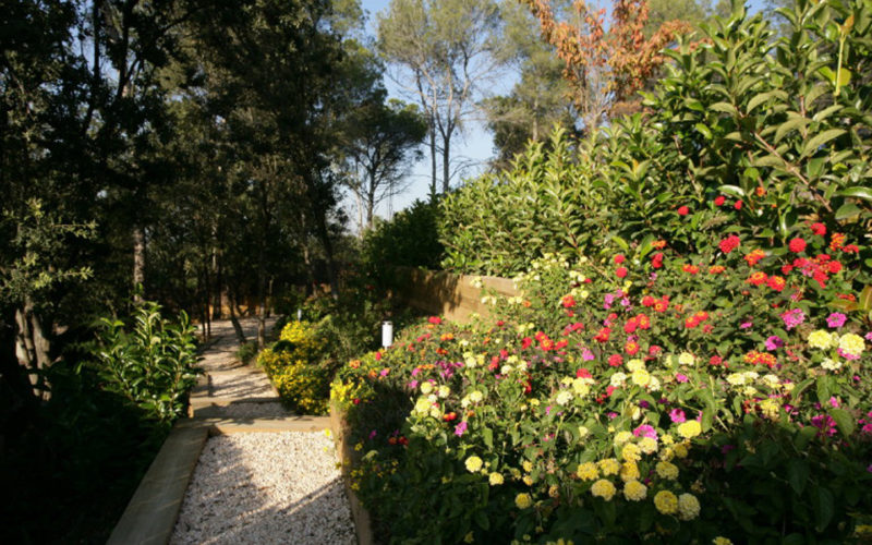 jardin en terrazas y escalera con traviesas y flores La Floresta Barcelona Jardineria Botania
