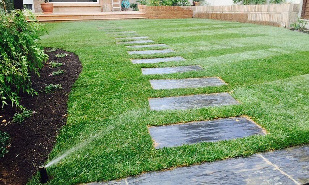 jardin adosado back yard colocacion cesped y riego Sant Cugat del Valles